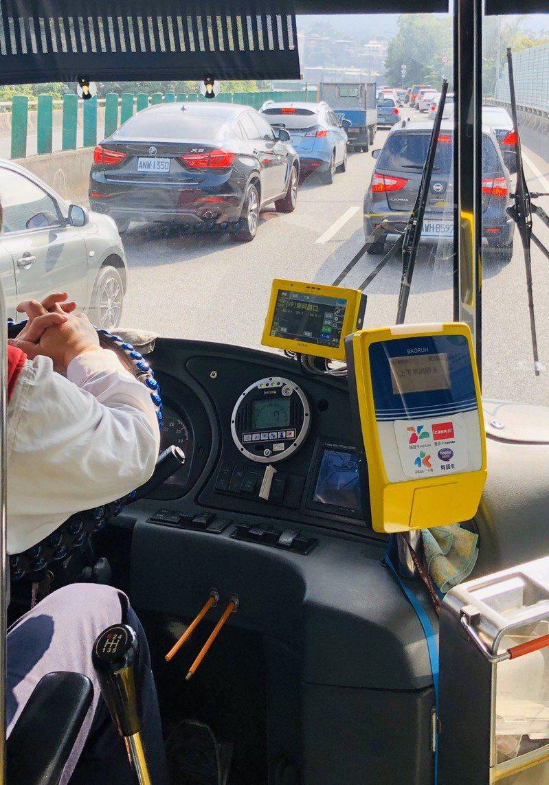 台北市區的環東快速道路南下也出現「紫爆」,車速一度只有10公里。圖/讀者提供