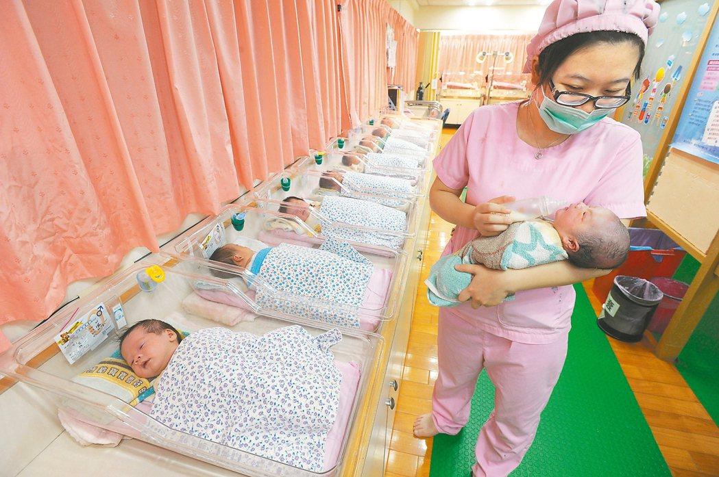 內政部發布最新人口統計,去年全年出生人數仍然高於死亡數,主因12月出生數大增。 ...
