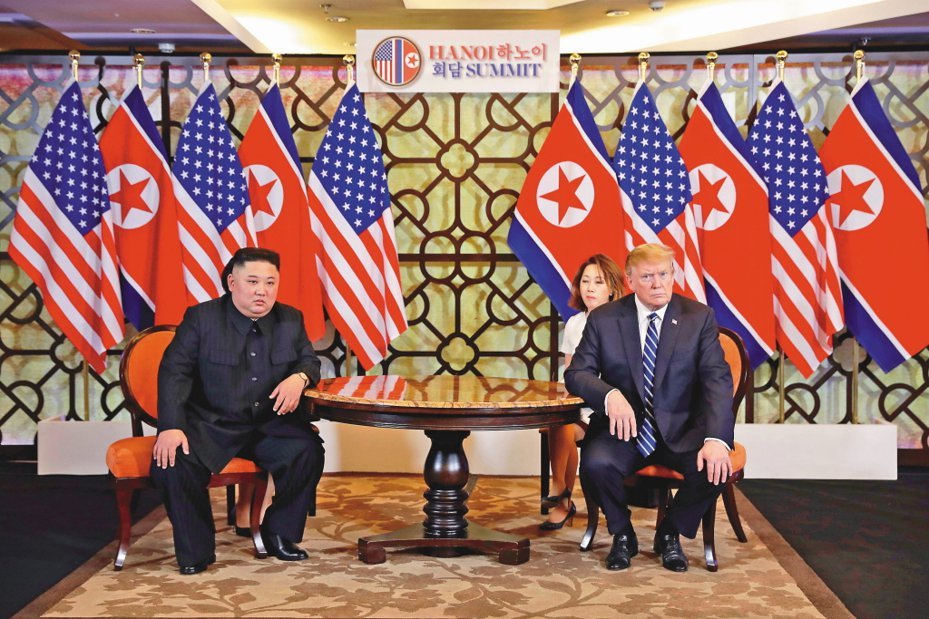 圖為美國總統川普(右)和朝鮮領導人金正恩於2019年2月28日在河內索菲特傳奇大都會酒店舉行的第二次美朝峰會。 美聯社資料照片