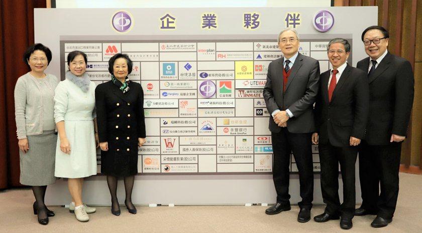 中國科大企業夥伴揭牌合影。 校方/提供