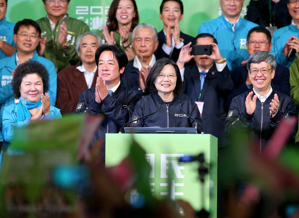 蔡英文總統(右二)在2020總統大選以超過800萬得票數連任成功,締造台灣總統大...