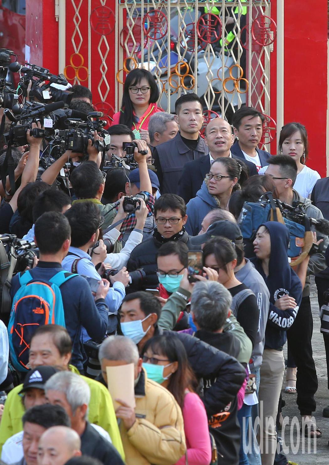 國民黨總統候選人韓國瑜在女兒韓冰陪同下,上午到高雄林園投票。韓國瑜排在人龍後面,...