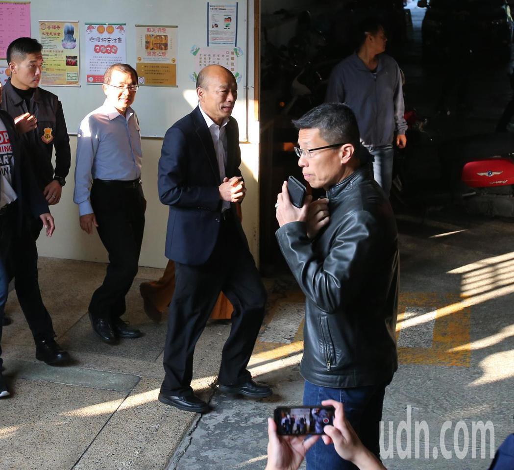 韓國瑜(中)上午到高雄林園投票後離去,未對媒體發言。記者林澔一/攝影