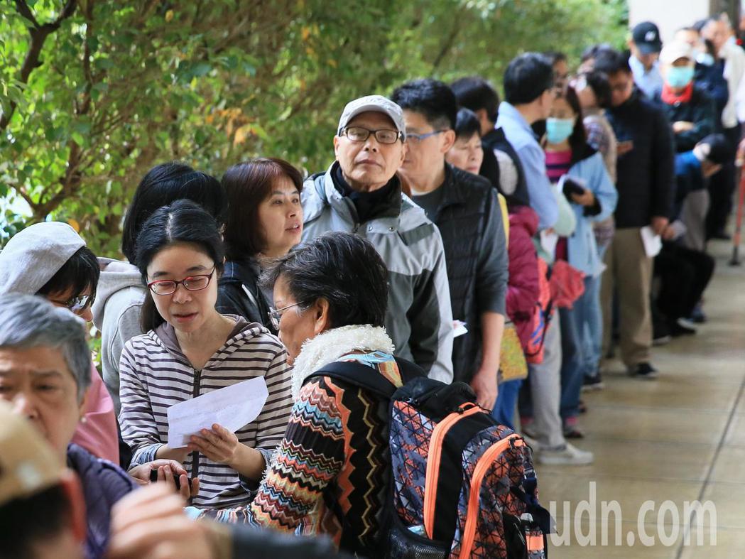 2020大選投票日,一早就有許多民眾在投票所排隊等候投票。記者潘俊宏/攝影
