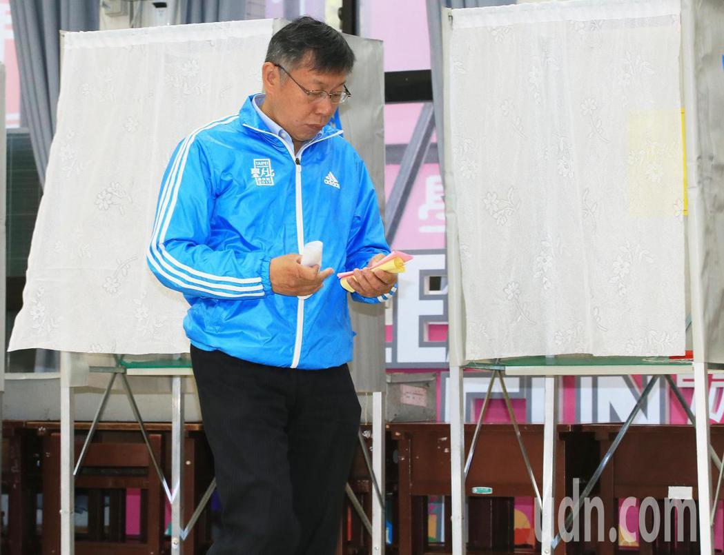 台北市長柯文哲上午八點多進入投票所投票。記者潘俊宏/攝影