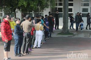 投票日湧人潮 民眾八點就到也要等