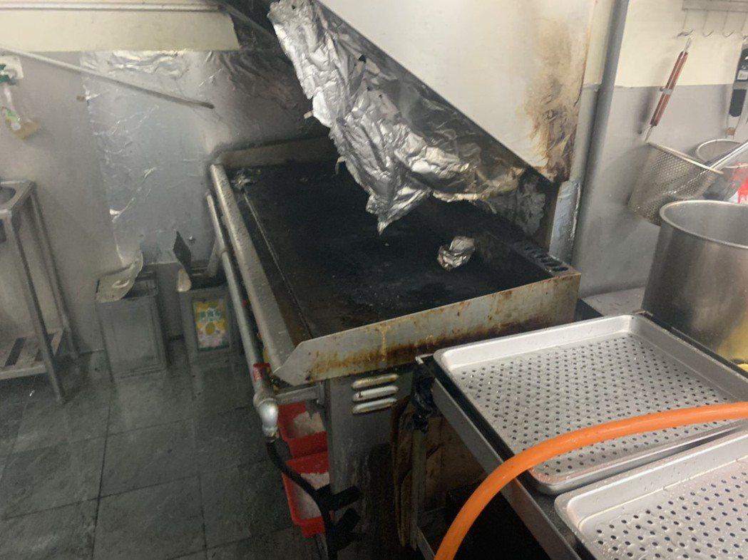 新竹縣竹北市一家平價牛排館上午營業前傳出火災,業者已自行撲滅,但停止營業一天。圖...