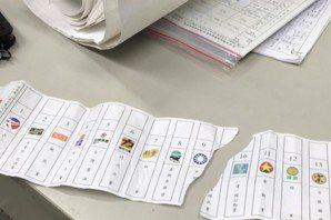 雲林一男子撕毀政黨票 有民眾聞到他身上帶有酒氣