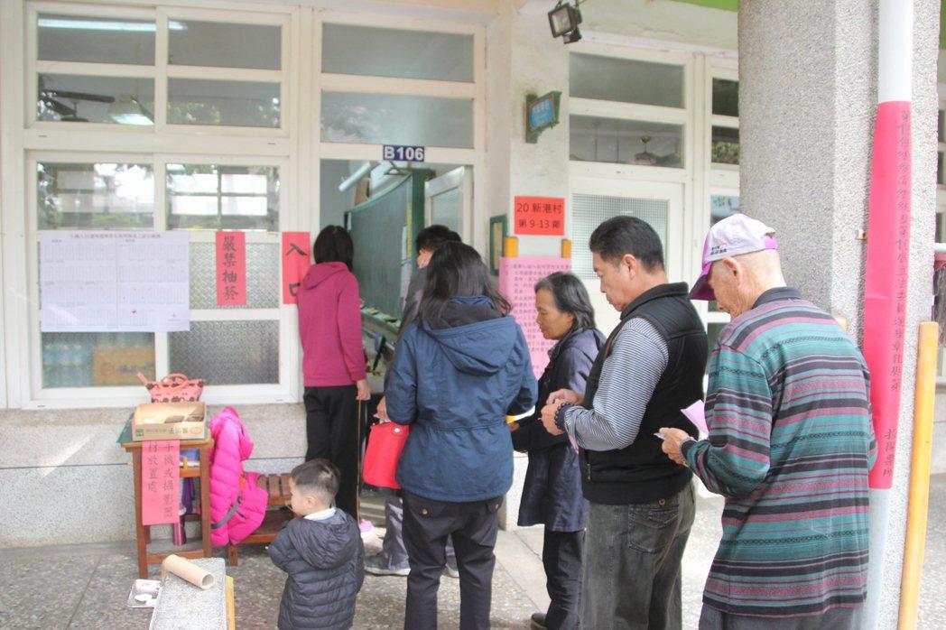 今天是總統、立委大選投票日,許多民眾起個大早前往投票。記者林宛諭/攝影