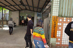 東湖國小一早投票人潮塞爆 警方趕緊開側門