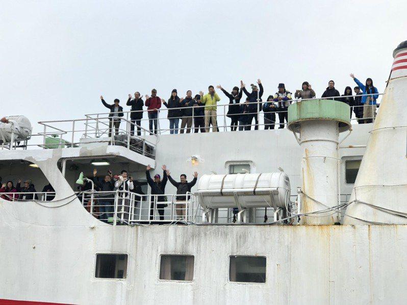搭載211名乘客的合富快輪今天上午抵達金門料羅港,快靠岸時,搭乘的旅客頻頻向岸邊揮手。記者蔡家蓁/攝影