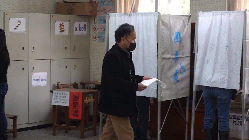 新竹有民眾戴著口罩前來投票,他表示因為有看到網路上傳來的消息,心裡還是會擔心,因此特別戴口罩前來。記者郭政芬/攝影