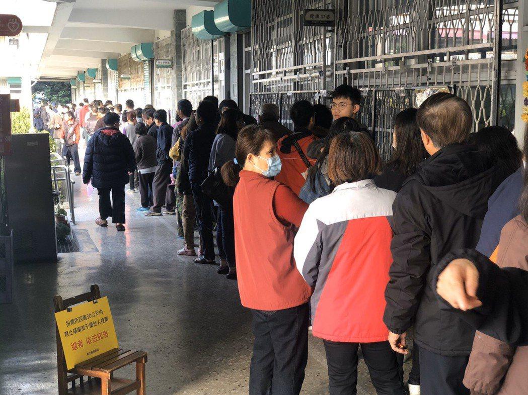 彰化市許多民眾起個大早前往投票,上午不到8點就有一波排隊人潮。記者林宛諭/翻攝