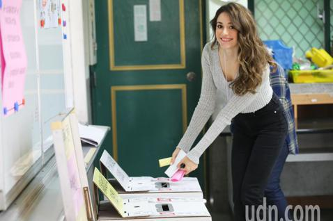 原籍烏克蘭的模特兒瑞莎去年拿到台灣身分證,今天上午和老公一起到信義國小參與投票。瑞莎表示因為工作的關係,他在烏克蘭沒有投過票,所以今天的投票算是他人生第一次投票,她覺得既興奮又緊張怕投錯票匭。