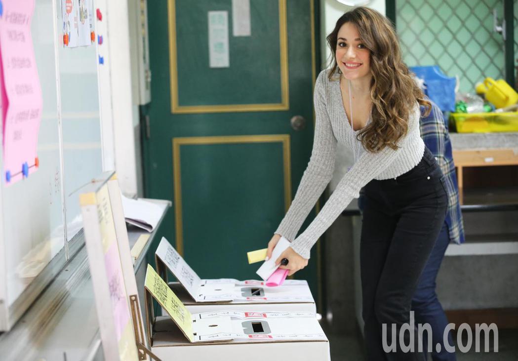 瑞莎今天上午到投票所完成人生首投。記者徐兆玄/攝影