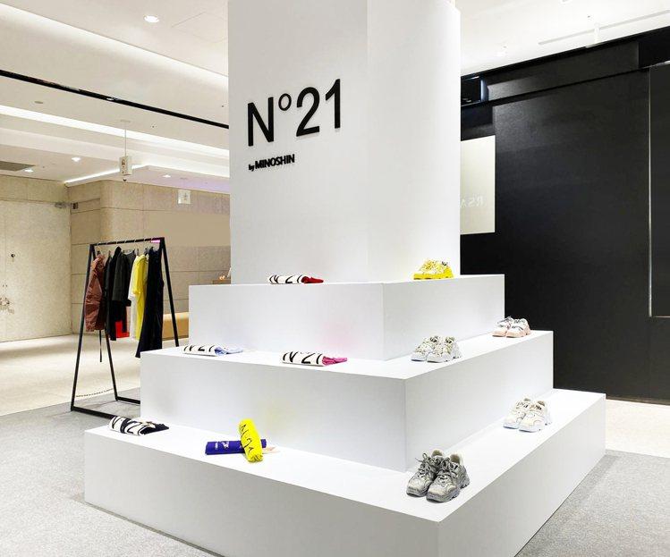 N°21快閃店陳列當紅鞋履系列。圖/MINOSHIN提供