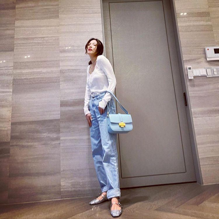 泫雅以丹寧造型搭配N°21經典款Lolita Bag。圖/取自IG
