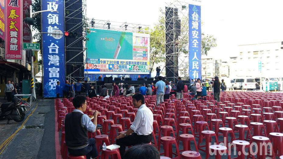 國民黨高雄市黨部前已架好舞台,陸續有民眾到現場。記者蔡孟妤/攝影