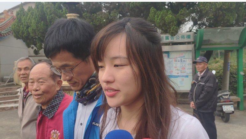 國民黨總統候選人韓國瑜女兒韓冰(右)今天下午兩點半左右,到雲林古坑鄉田心投票。記者李京昇/攝影