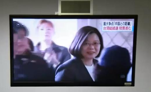 中國大陸境內的NHK海外頻道今天中午播放台灣總統選舉新聞時,蔡英文總統投票的畫面...