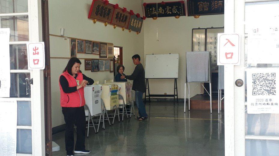 男子趕在投票截止前順利完成投票,與滿意的女友在投票所關門前離去。記者周宗禎/攝影