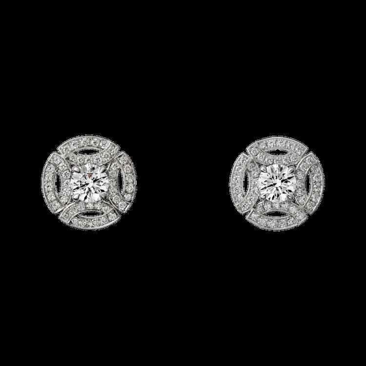 梅根曾在婚禮上配戴的卡地亞Galanterie de Cartier系列鑽石耳環...