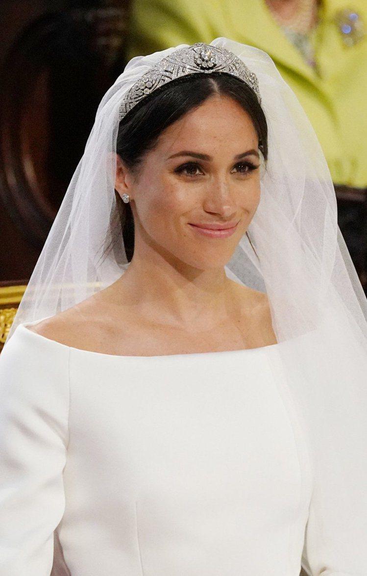梅根結婚時的另一亮點,傳承自瑪麗王后的the Filigree Tiara鑽石冠...