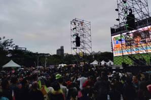 蔡英文暫領先 開票之夜聚上千名支持者歡呼吶喊