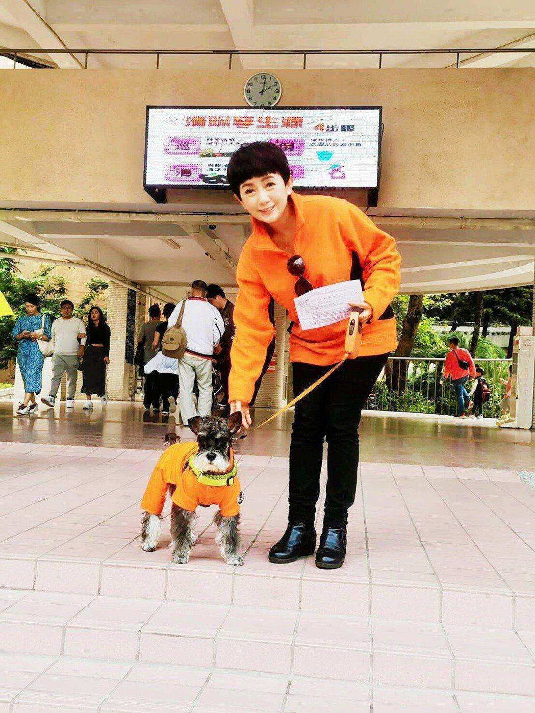 周思潔今天帶愛犬「周Lucky」一起去投票。圖/萊格悠提供