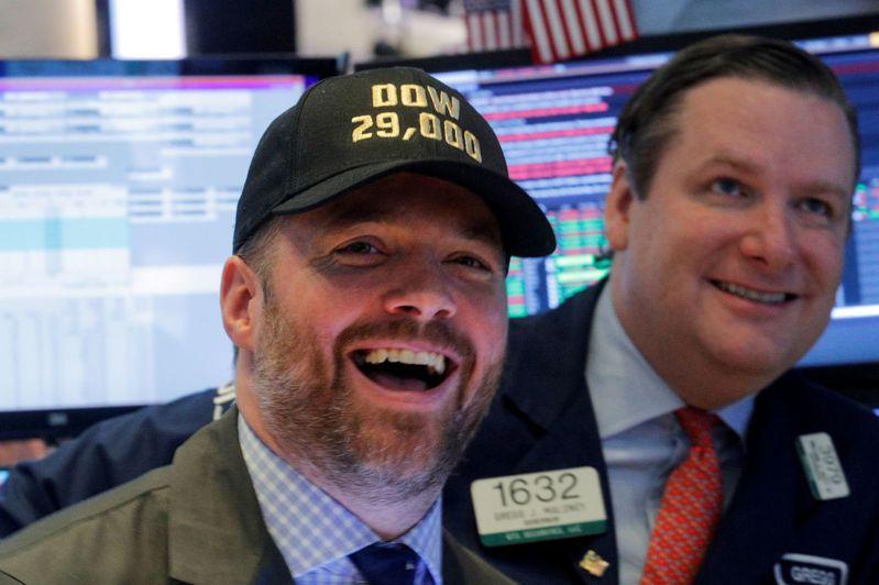 交易員因道瓊工業指數站上29,000點而眉開眼笑。路透