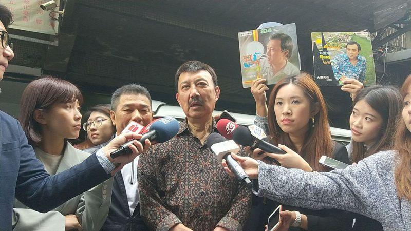 民進黨立委余天(中)尚未宣布當選,但主要對手李翁月娥已亘布敗選。記者施鴻基/攝影