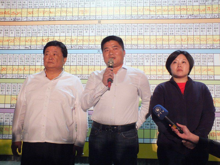 立委顏寬恒在今晚6時40分宣布敗選,他感謝鄉親力挺,承認敗選是因為自己努力不夠。記者趙容萱/攝影