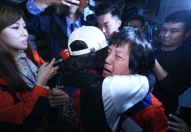 國民黨總統候選人韓國瑜票數落後蔡英文總統超過130萬,支持者抱頭痛哭。記者劉學聖/攝影