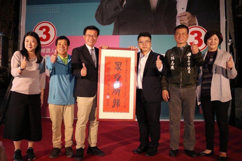 民進黨立委郭國文(左三)順利連任,他表示,過去9個月努力受肯定,更多得票數代表需承擔更多責任。圖/郭國文競選總部提供