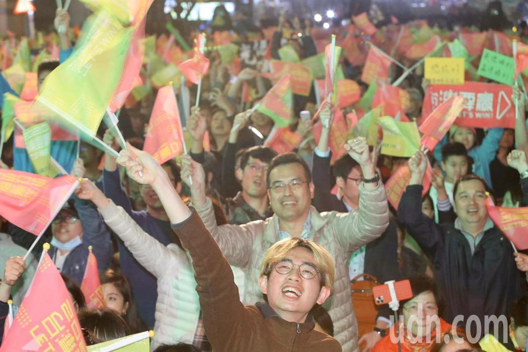 民進黨總統候選人蔡英文票數破770萬票,支持者手持旗幟熱情吶喊,欣喜若狂,一會笑...