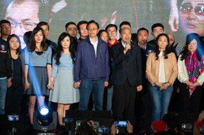 韓國瑜宣布敗選 韓粉站椅淚喊「我韓粉、我驕傲」