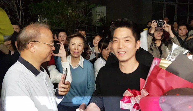 蔣萬安接受熱情民眾歡迎。記者張宏業/攝影