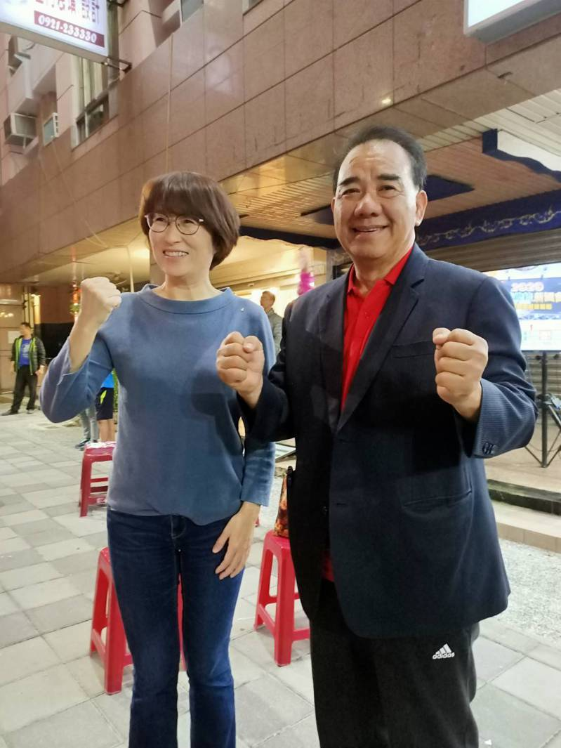 國民黨廖國棟(右)以第3高票6連霸成功,台東縣長饒慶鈴(左)前來祝賀。記者尤聰光/攝影