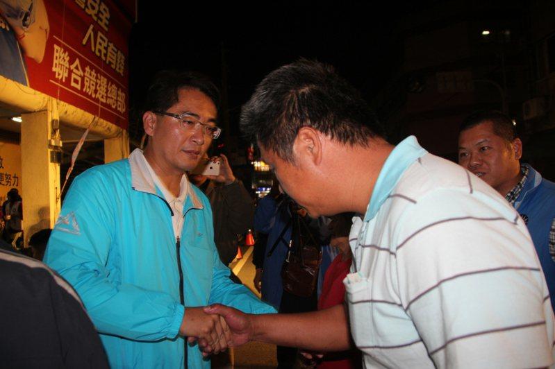 彰化第一選區國民黨立委柯呈枋(左) 連任失敗,他晚間紅著眼眶向支持者和志工們表達感謝。記者林宛諭/攝影