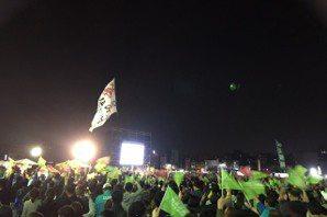 民眾在蔡英文高雄競總放煙火慶祝 有人高喊罷免韓國瑜