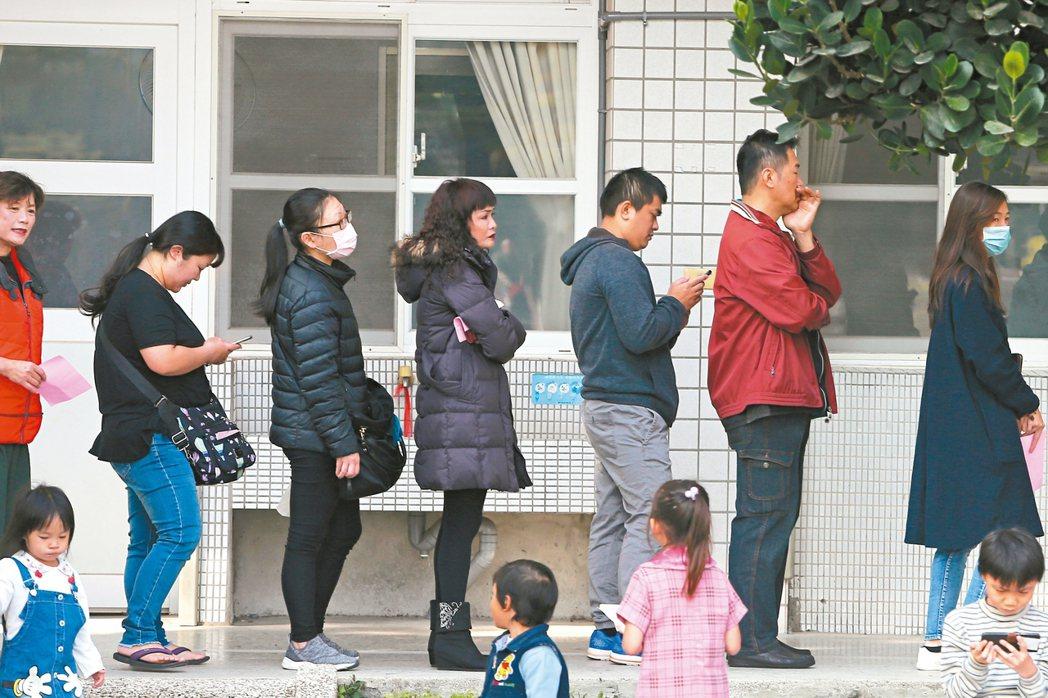 台中市大雅國小投開票所昨天一早就聚集了許多參與投票的民眾。 記者黃仲裕/攝影