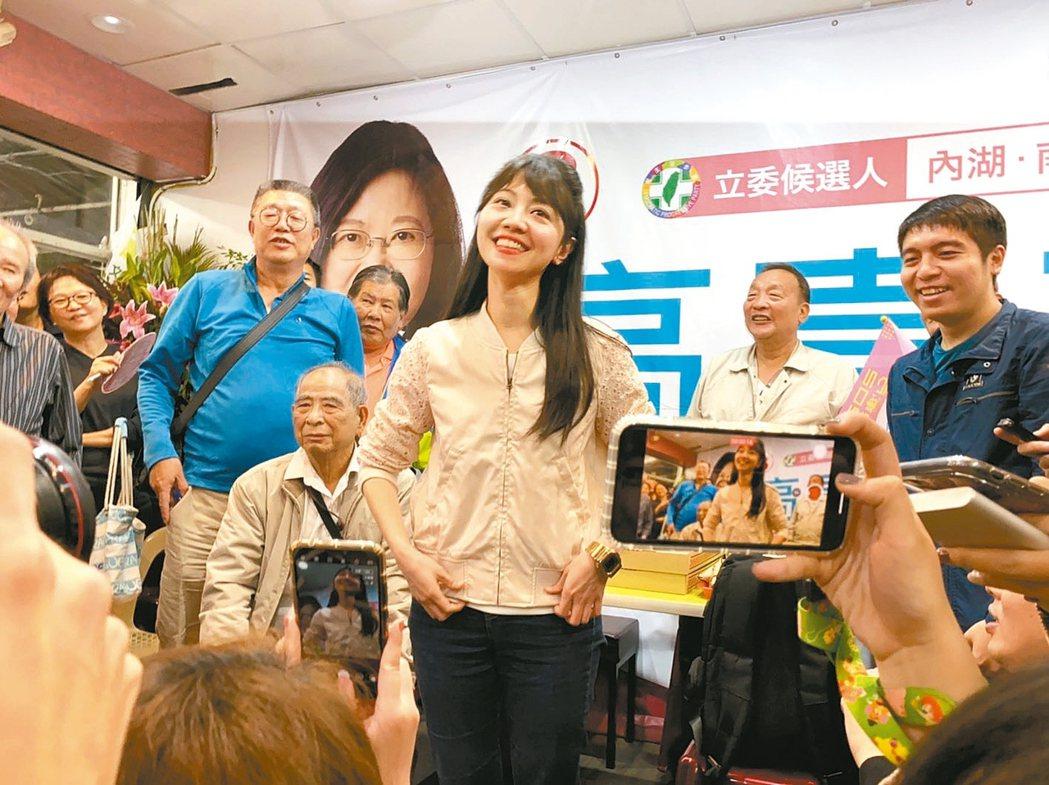 民進黨立委候選人高嘉瑜(中)打敗國民黨現任立委李彥秀。 圖/讀者提供