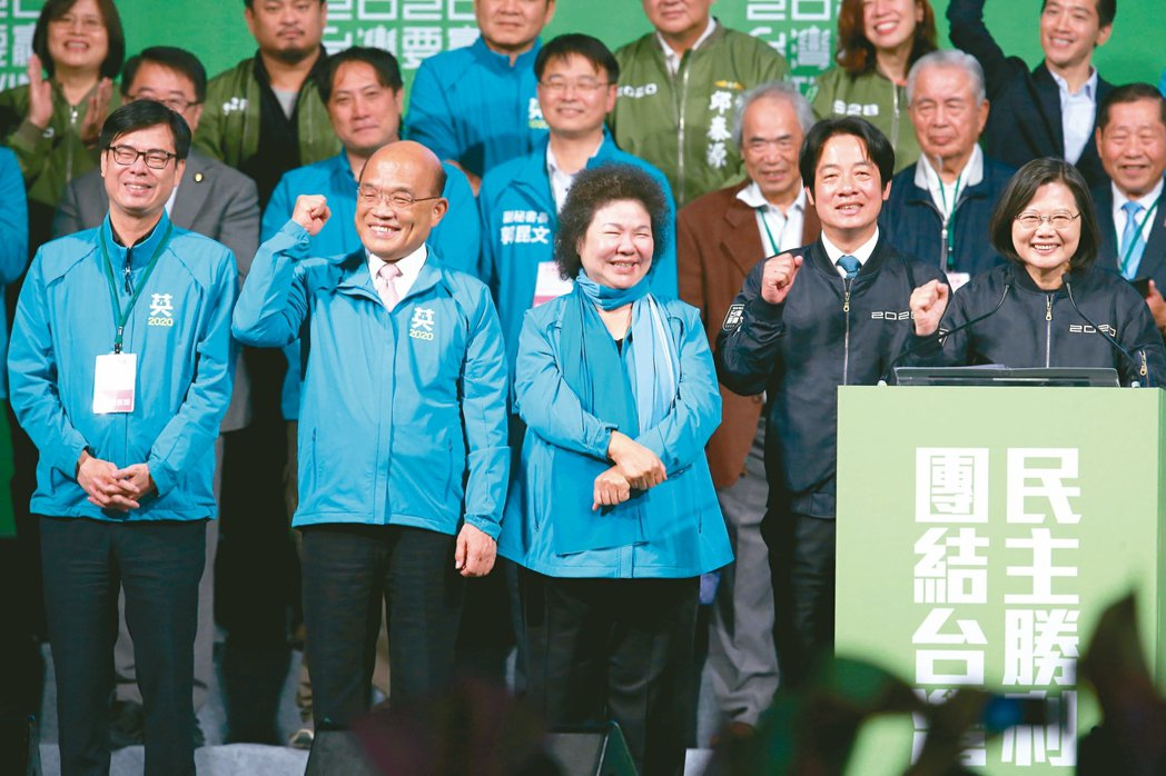 蔡英文總統(右)以史上最高票贏得連任,感謝行政院長蘇貞昌(左二)近一年來的幫忙。...