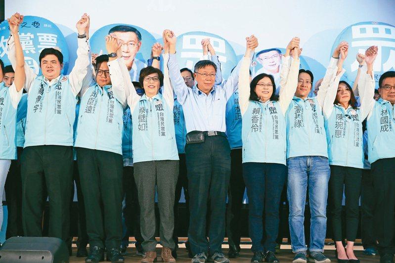 台灣民眾黨在國會成為第三大黨,黨主席柯文哲(中)向支持者致意。 記者潘俊宏/攝影