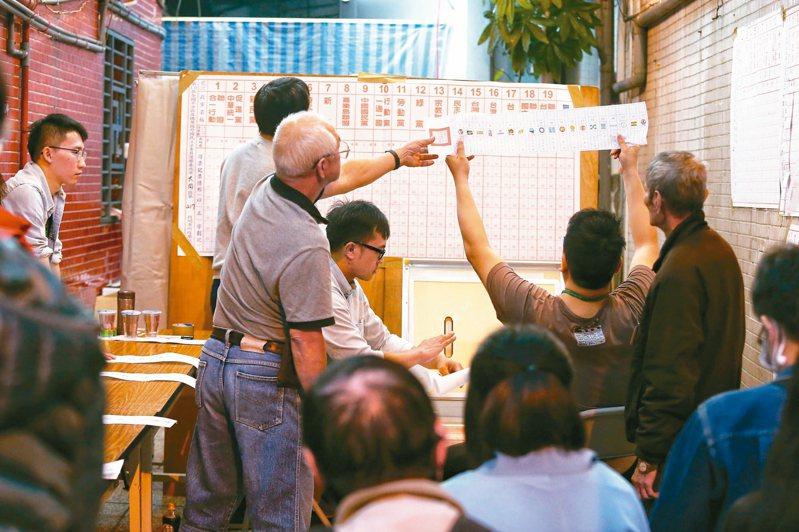 民眾前往開票所關心選舉結果。 記者曾原信/攝影