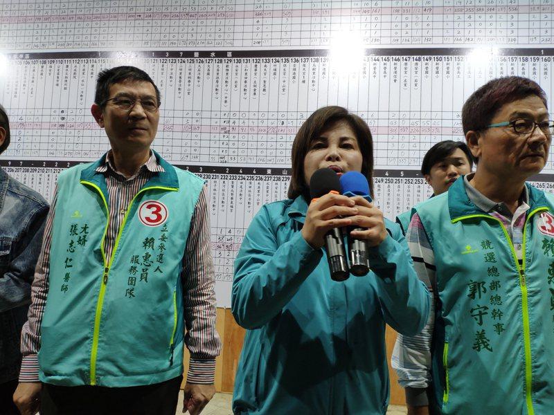 民進黨台南立委第一選區候選人賴惠員(中)順利當選,感謝鄉親不離不棄。 記者謝進盛/攝影