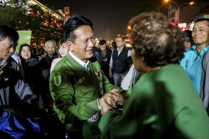 民進黨台南市第五選區立委候選人林俊憲(左)連任成功,他表示這場選舉不是個人勝敗,而是代表台灣民主的勝利,昨晚逐一向競總前的選民道謝。 圖/林俊憲競選總部提供