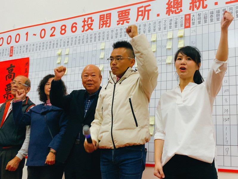 新北市第1選區洪孟楷(右2)是國民黨最年輕的立委當選人,他昨晚呼籲黨內需要深刻檢討。圖/洪孟楷團隊提供