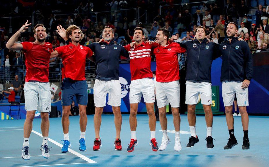 約克維奇(中)率領塞爾維亞隊後來居上,以2:1擊敗由「蠻牛」納達爾領軍的西班牙隊,捧回ATP金盃。 路透社