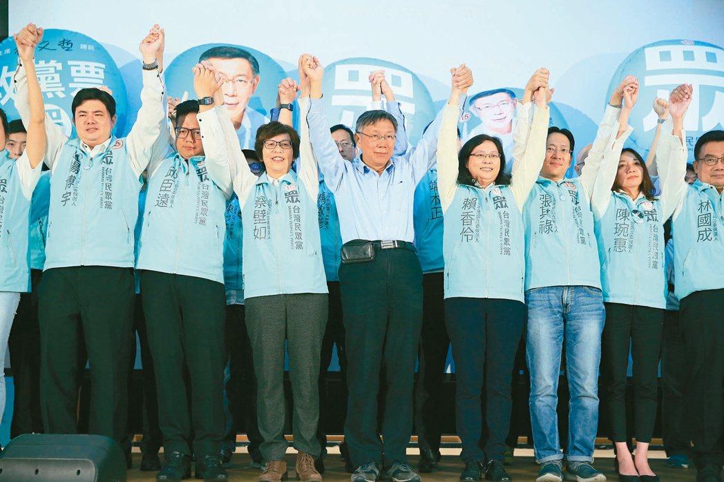 民眾黨昨天躍升為國會第三大勢力,主席柯文哲(右五)與所有立委候選人一起上台向支持...